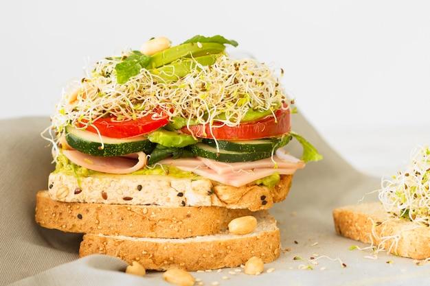 Hoge hoek verse sandwich met kaas