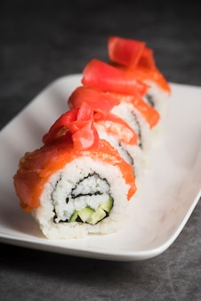 Hoge hoek verse sushi op plaat