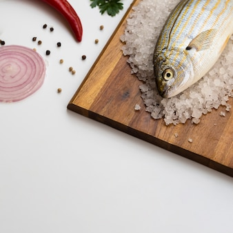 Hoge hoek verse vis op een houten bord