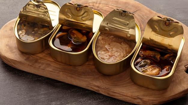 Hoge hoek vis blikjes op houten bord