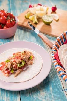 Hoge hoek vlees en groenten op tortilla