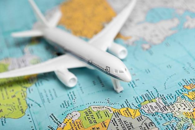 Hoge hoek vliegtuig speelgoed op de kaart
