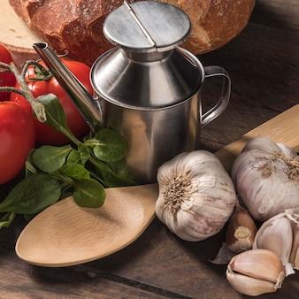 Hoge hoek voedsel arrangement op tafel