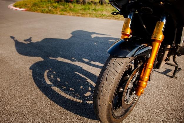 Hoge hoek voorwiel van motor