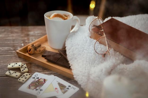 Hoge hoek vreedzame winterregeling op houten tafel