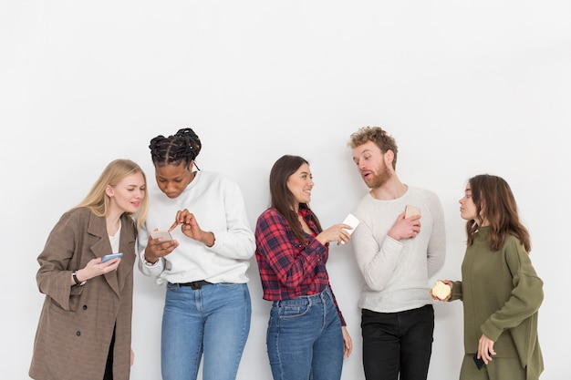 Hoge hoek vrienden met mobiele telefoons