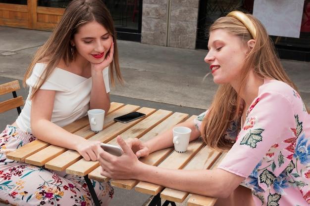 Hoge hoek vriendinnen bij koffie