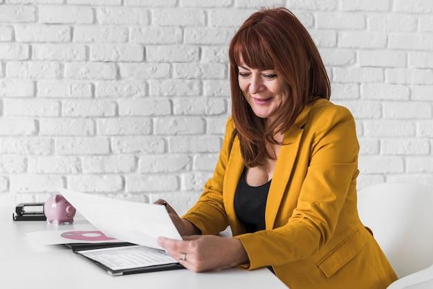 Hoge hoek vrouw consulting klembord