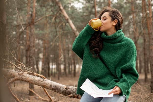 Hoge hoek vrouw het drinken van thee