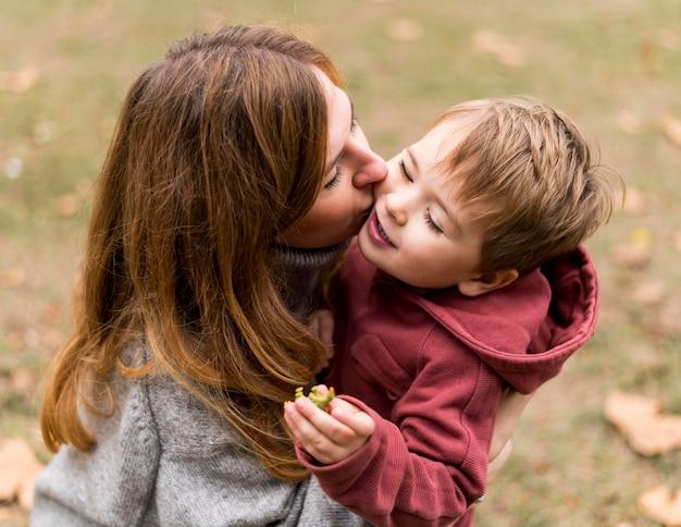 Hoge hoek vrouw kussen zoon