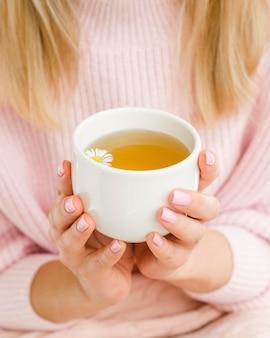 Hoge hoek vrouw met kop met thee