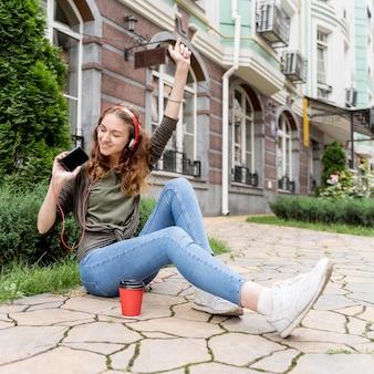 Hoge hoek vrouw met koptelefoon