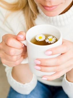 Hoge hoek vrouw met mok met thee