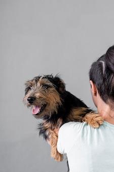 Hoge hoek vrouwelijke bedrijf hond