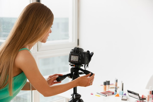 Hoge hoek vrouwelijke film make-up producten