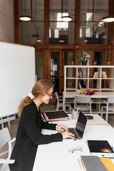 Hoge hoek vrouwelijke leraar met laptop
