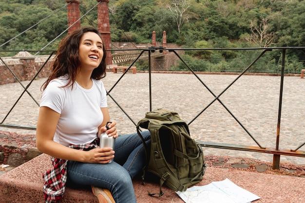 Hoge hoek vrouwelijke reiziger op pauze