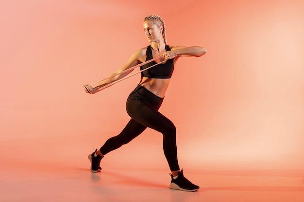 Hoge hoek vrouwelijke training met elastische band