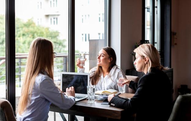 Hoge hoek vrouwelijke vergadering op het werk