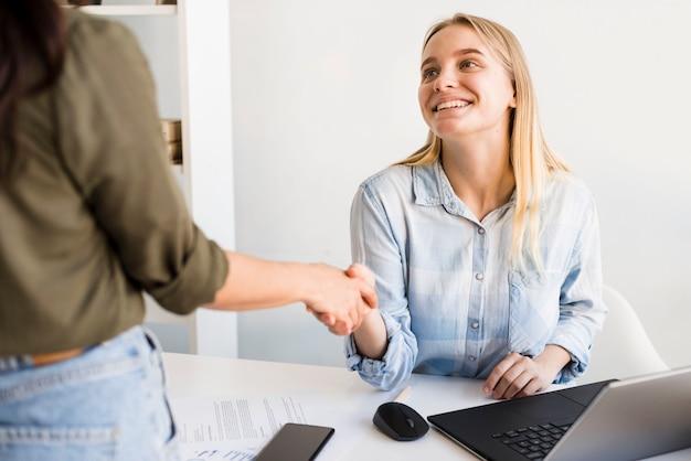 Hoge hoek vrouwen handen schudden