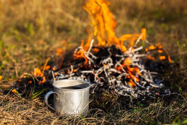Hoge hoek vuur met vlammen en cup naast