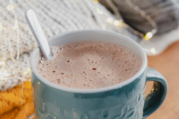 Hoge hoek warme chocolademelk met dekens