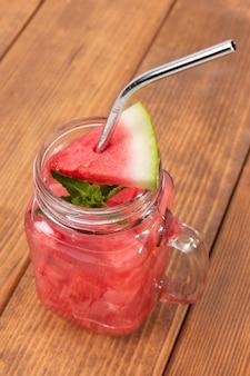 Hoge hoek watermeloen drankje