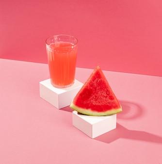 Hoge hoek watermeloen sap en plak