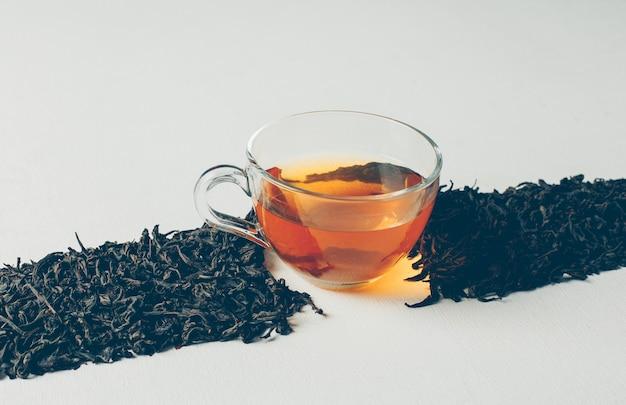 Hoge hoek weergave zwarte thee in de vorm van een lijn met een kopje thee