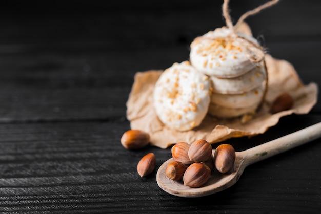 Hoge hoek witte chocoladekoekjes