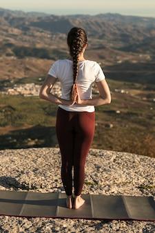 Hoge hoek yoga pose met handenflexibiliteit