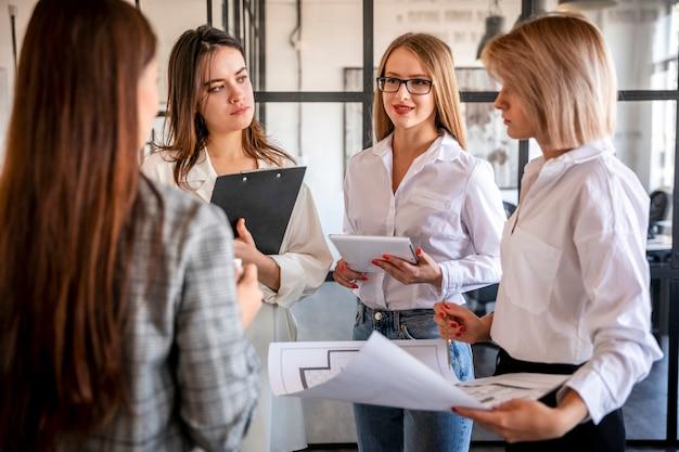 Hoge hoek zakelijke bijeenkomst op kantoor