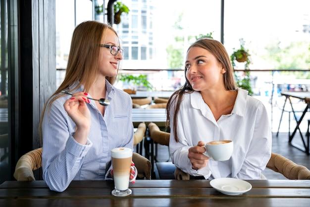 Hoge hoek zakenvrouw in koffiepauze