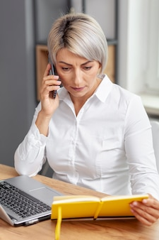 Hoge hoek zakenvrouw praten via de telefoon