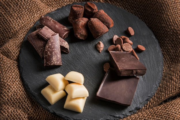 Hoge hoek zoete chocolade arrangement op donkere bord