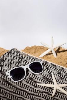 Hoge hoek zonnebril en zeesterren