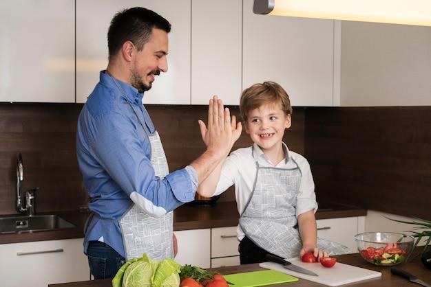 Hoge hoek zoon en vader high five