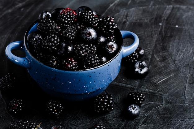 Hoge hoek zwarte bosvruchten in pot