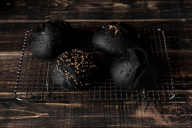 Hoge hoek zwarte bugrerbroodjes op dienblad