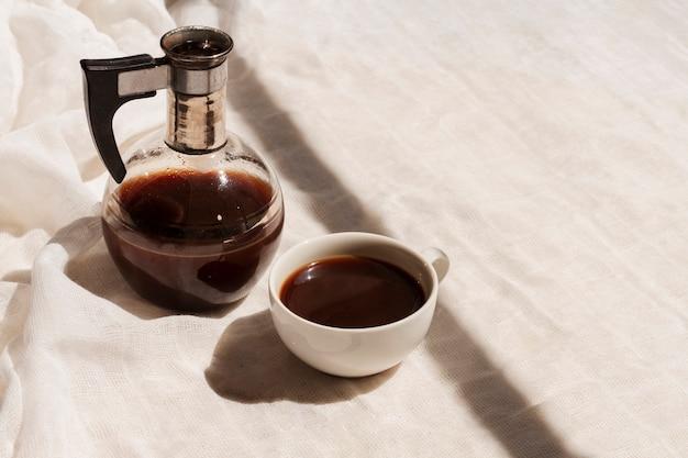 Hoge hoek zwarte koffie in kop