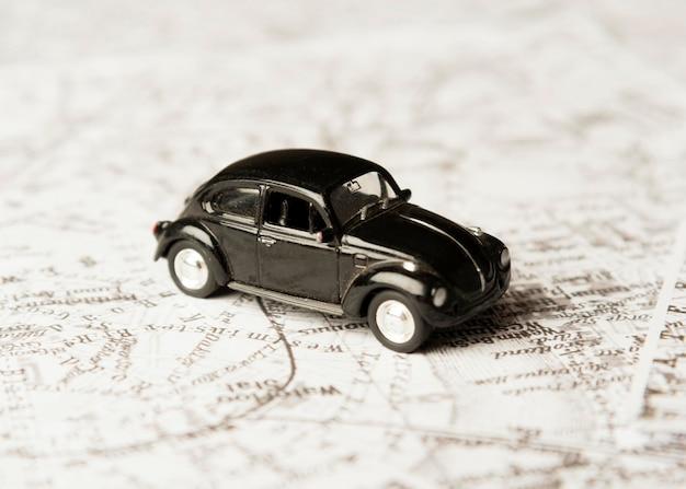 Hoge hoek zwarte speelgoedauto op kaart