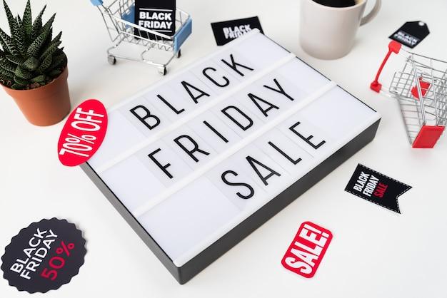 Hoge hoek zwarte vrijdag verkoop geschreven op lichtbak