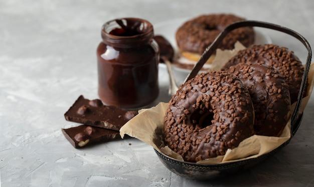 Hoge hoekassortiment met chocolade donuts