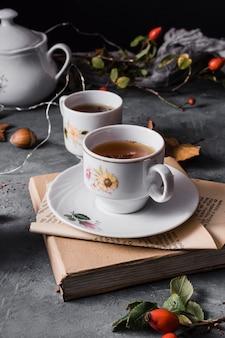 Hoge hoekbekers met thee en steranijs