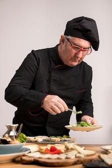 Hoge hoekchef-kok in keuken het koken