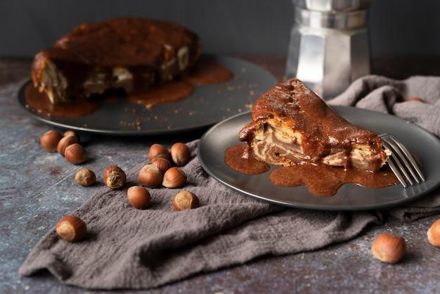 Hoge hoekdecoratie met heerlijke cake en hazelnoten
