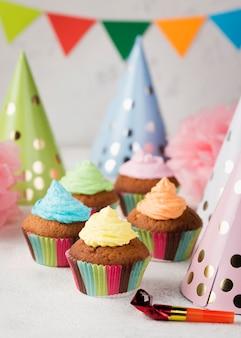 Hoge hoekdecoratie met muffins en hoeden