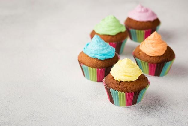 Hoge hoekdecoratie met muffins voor feest