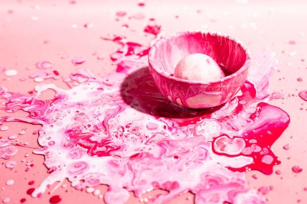 Hoge hoekdecoratie met roze verf