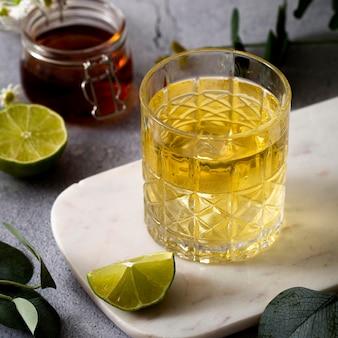Hoge hoekdrank met limoenplak